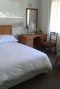 Double en suite room with warm relaxed atmosphere. - Stellenbosch