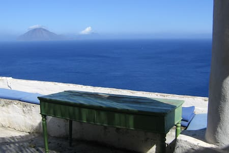 a magic house looking the sea... - Lipari - Hus