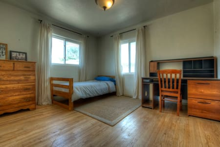 Bright & Open Private room (with shared bath) is less than a block away to the excellent Bus system. Be at UNM or UNM Hospital in 4-7 minutes or in Old Town w/in 15 min.  Charming Wood floors, shared kitchen, WiFi, on-site parking; incredible value!