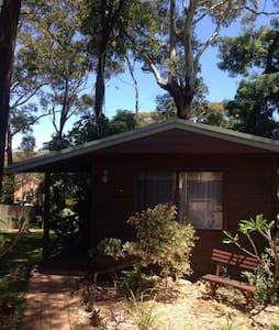 Quiet, shady, private garden cabin. - Bateau Bay - Kulübe