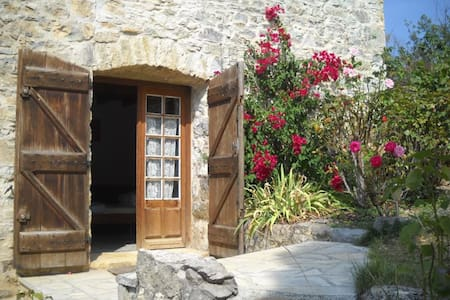 cute Studio, big heated pool, romantic grounds - Roquetaillade