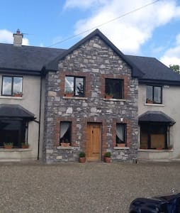All double rooms one ensuite , walking distance to restaurants and pubs and beautiful abbey , 20 minutes from Shannon airport , 10 minutes from motorway . Free wifi and free parking . Quite area with beautiful walks situated in the village