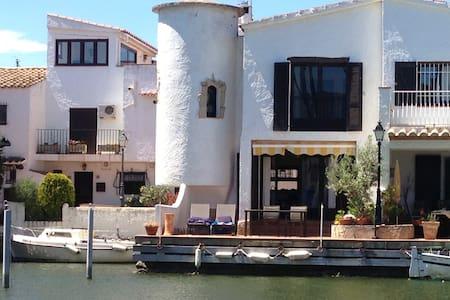 Charming Spanish villa at the water
