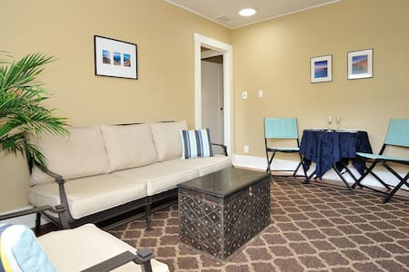 Private 2room suite/4 blks to beach