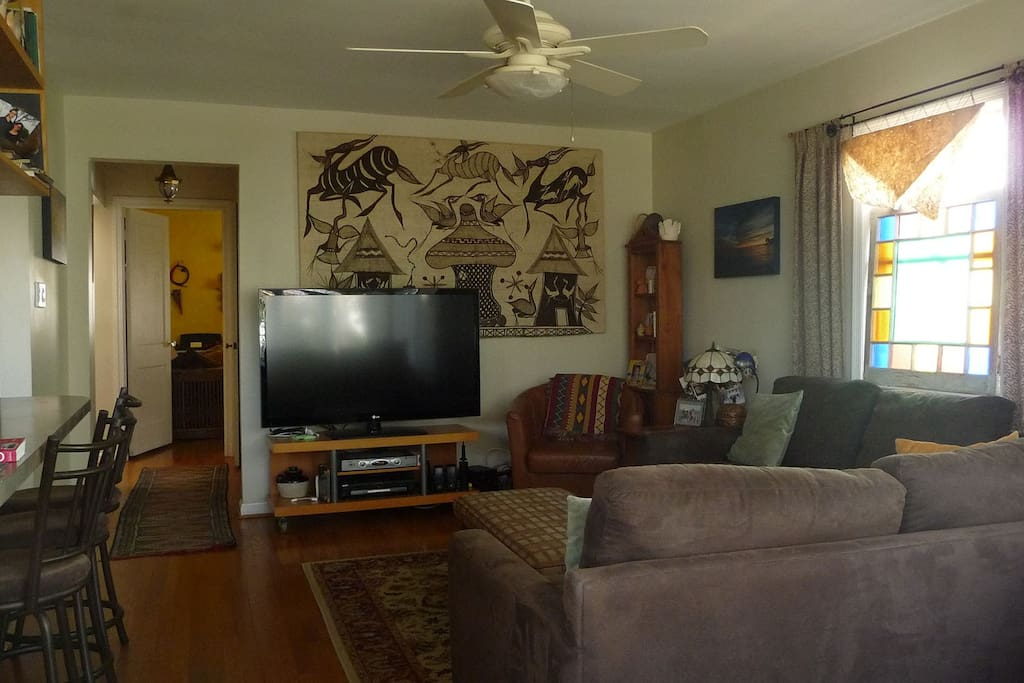 Family room w HDTV/cable.