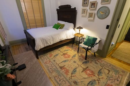 Private historic suite in OTR-bright & clean - Leilighet