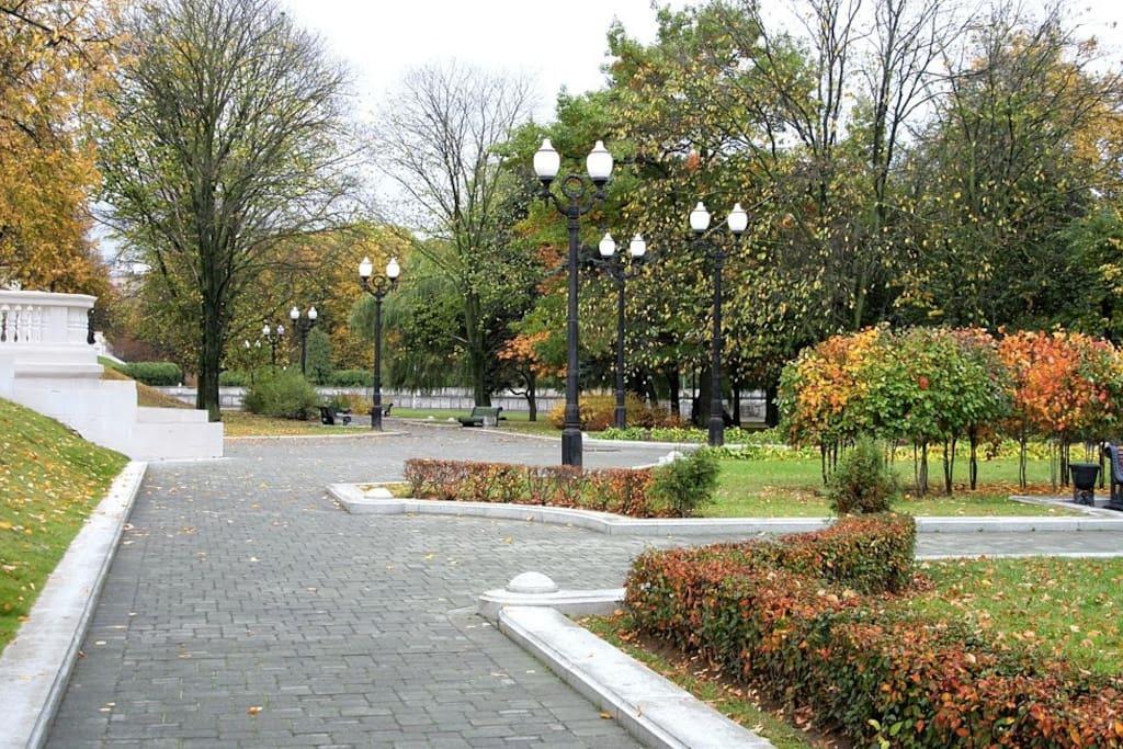В 50-ти метрах от дома - Парк Горького (аттракционы, велодорожка и др) / Gorky park with bicycle lanes  in 50 m