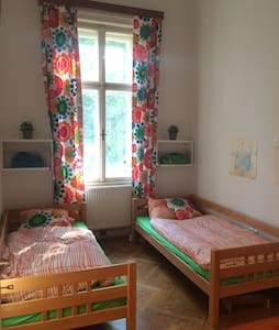 Two separate bedrooms plus livingroom and balcony - Wien - Wohnung