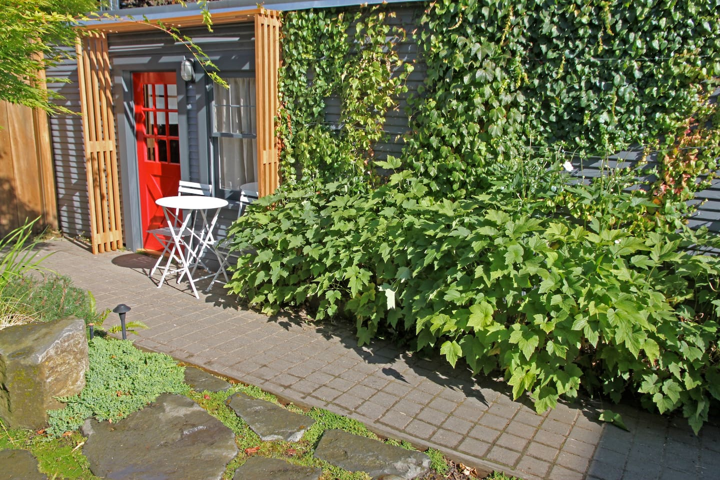 Secluded yet Close-in PDX; the Urban & Bucolic charm of the Kuza Garden Cottage