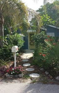 The Little Blue Cottage - Longboat Key