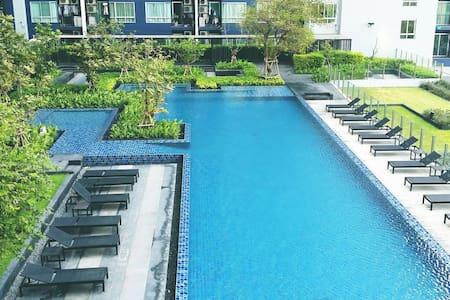 Cosy room/Swimming Pool View/ BTS Sky trian/ WiFi - Bangkok