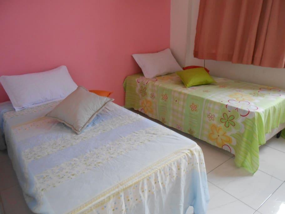 Quarto 02,com as duas camas de solteiro