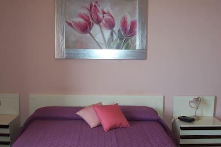 la camera rosa è una quadrupla  - Valderice