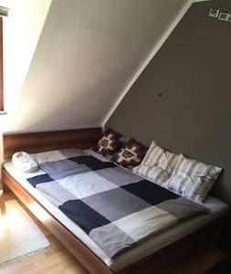 Zimmer in kleinem Häuschen in ruhiger Lage! - Şehir evi