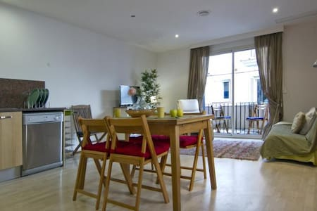 Calm Central Spacious Apartment with Open Kitchen - Wohnung