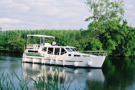 Bateau à 50 mètres du centre ville de Tournus - Tournus - Boat