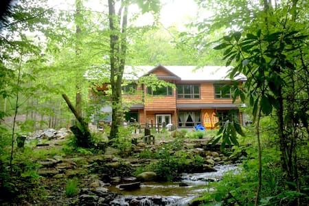 Creekside Luxury Mountain Farmhouse - Green Mountain - House