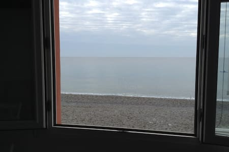 ...a window overlooking the sea... - Huoneisto