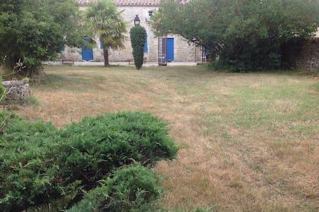 Ferme très ancienne typique région - Sainte-Gemme - Huis
