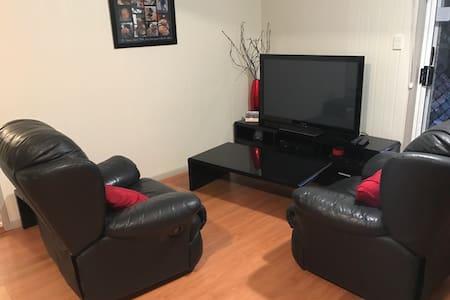 Double Bedroom in Granny Flat!!! - Helensvale - Casa