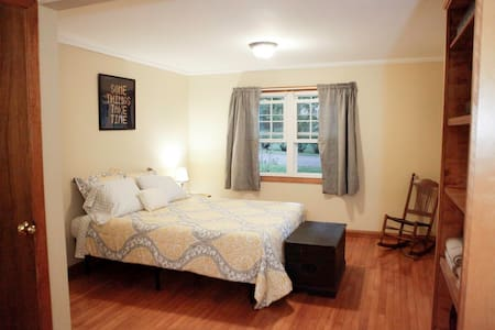 Large Bedroom w/Queen Bed & Futon - Williamstown - House