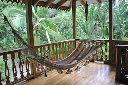 Ideal for your Holidays in Cahuita. Located 150 meter from fantastic Playa Grande.The specious airy rooms have king/queen size beds a privat bad and a big balcony with hammock. Full equiped kitchen and living room, Tropical garden and privat parking