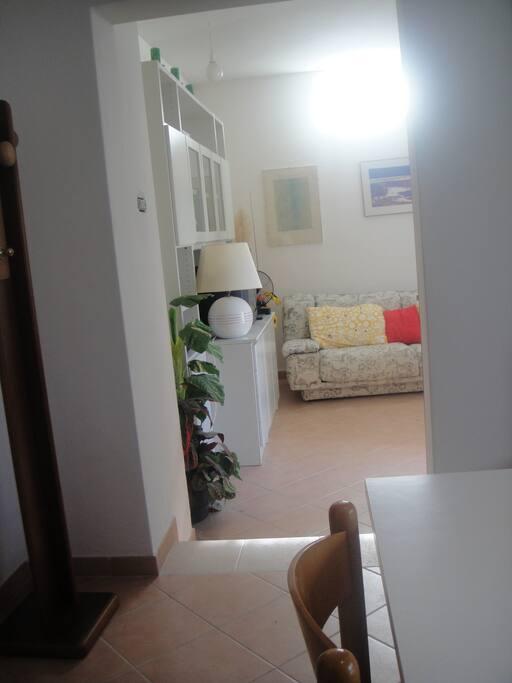 ambiente cucina con vista su soggiorno