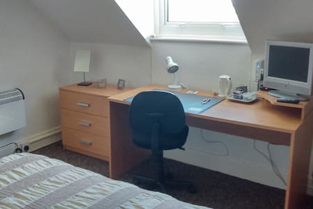 Spacious room in quiet home with free wifi. - Bournemouth - Casa