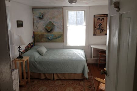 Sunny, artsy room and bath - Ház