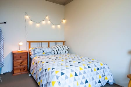 Beautiful, airy, well lit one bedroom apartment. - Apartment