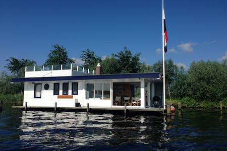 Uniquely located Houseboat at Kaag. - Kisház
