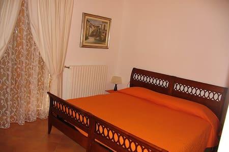 La Casa dei boschi - Camera Arancio - San Marino - Bed & Breakfast