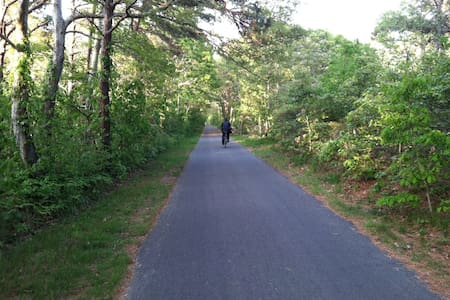 ON BIKE PATH/Air Conditioned/WiFi