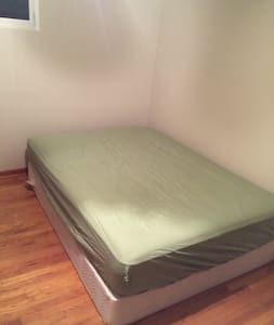 Room with Queen-sized Bed - Aliquippa - Casa
