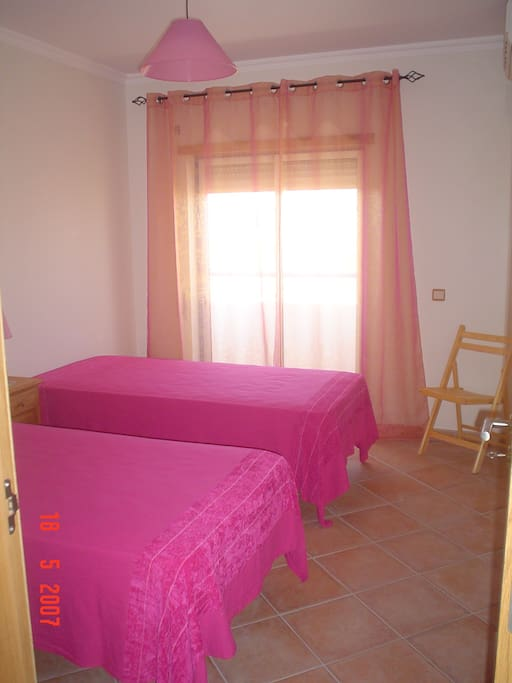 Room 1: Pink room with air onditioning and cupboard