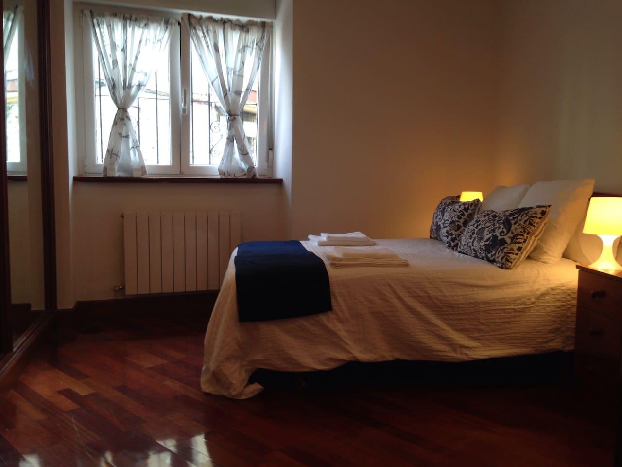 Dormitorio principal con cama de matrimonio. Main bedroom with a queen bed.