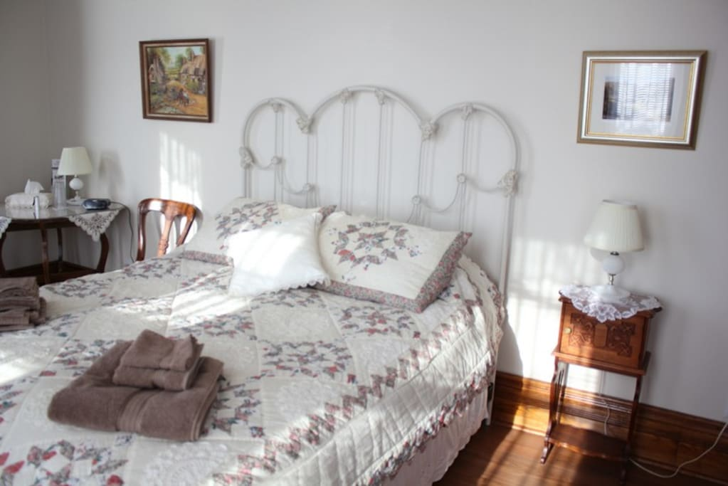 The English Cottage Room features paintings of Victorian cottages