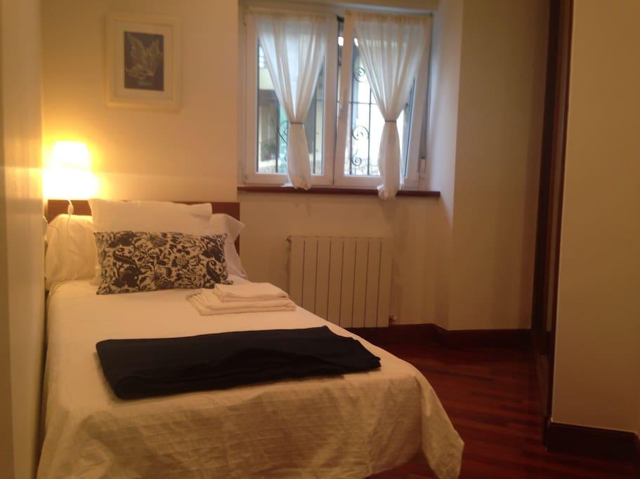 Segundo dormitorio con cama individual. Second bedroom with a single bed.