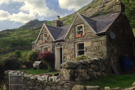 Snowdonian mountain cottage - House