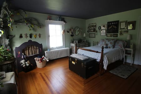 Annalise's Room at the Curtis House - Ashfield