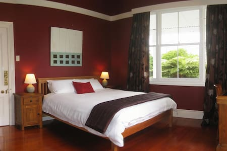 The Red Room - Lupton Lodge - Whangarei - Bed & Breakfast