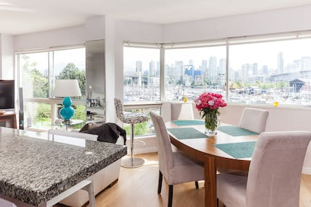 A super-comfortable bedroom with private bathroom is waiting for you in False Creek near Granville Island. Great location - walk to dinner or buy seafood straight from the docks.  Have a glass of wine and enjoy the spectacular view.