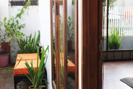 Upper Dago B&B Private Studio & Balcony and Garden - Cibeunying Kaler - Bed & Breakfast