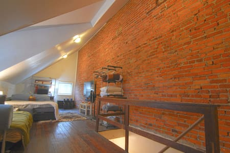 Spacious loft with 60in TV - Wilmington - House