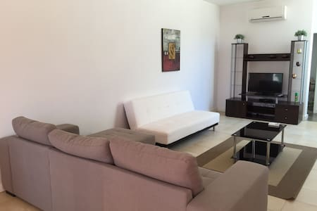 A 3 Bed House with Free wifi A - Haus