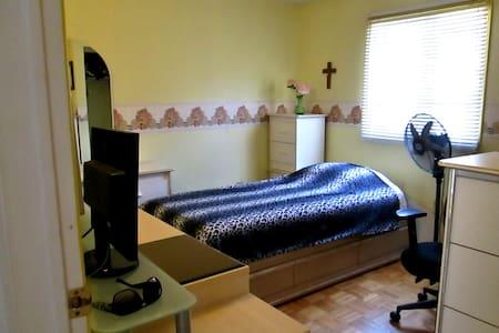 Cozy Bedroom in Ajax - Lakás