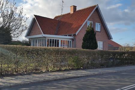 Lyst værelse i hyggeligt hus - Casa