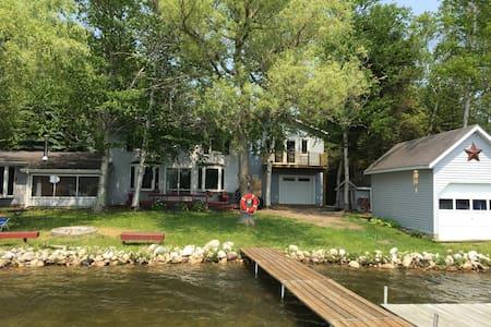 Beautiful Updated Cottage on Lake - Ház