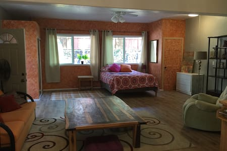 Newly renovated private studio space with kitchenette, bathroom with custom outside shower. Outside dinning area with view of lush gardens and pond. Comfortable living space with an artistic feeling by Kealakekua Bay. A special space to enjoy Hawaii!