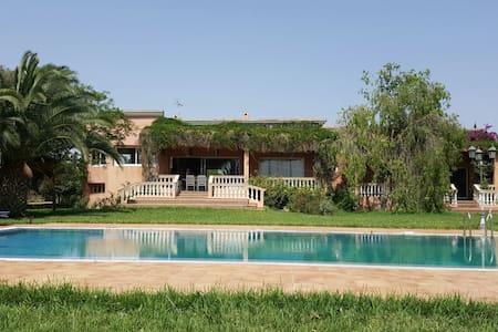 Magnifique Villa avec piscine. Très grand jardin. - Mediouna